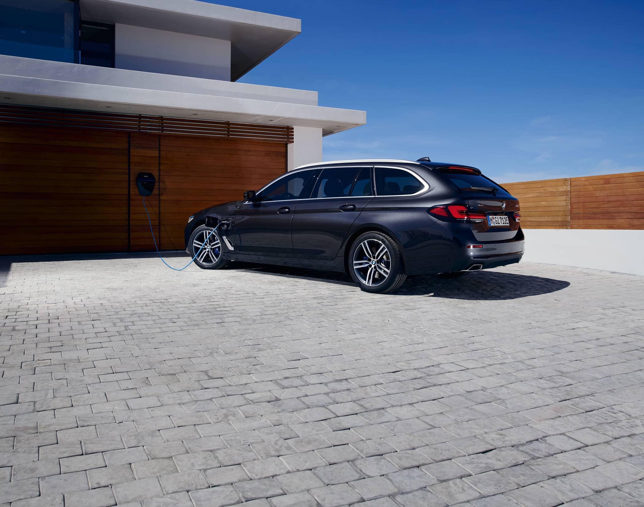 BMW-530e-xDrive-Touring-LCI-G31--NY.jpg